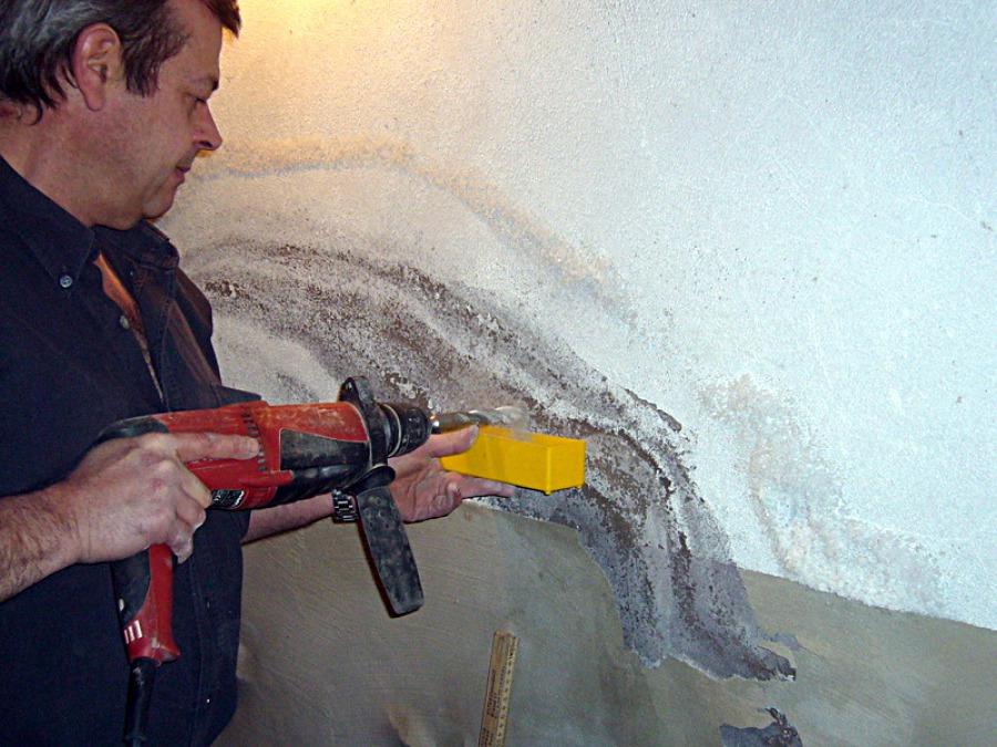 Materialprobe in feuchter Wand entnehmen