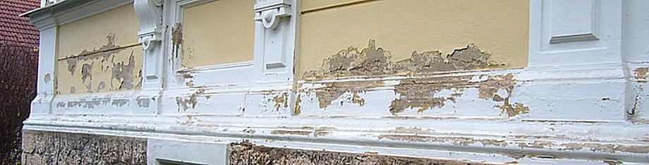 Feuchte Mauern mit Putzabplatzungen
